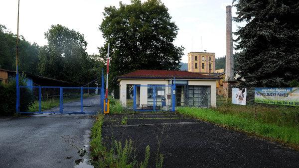 Zanedbaný areál. I když Liglass Trading má jako kontaktní pražskou adresu, firma stále sídlí v areálu v Lišném u Železného Brodu.