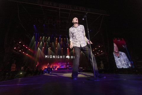 Snímek z pátečního koncertu Midnight Oil na Colours of Ostrava.