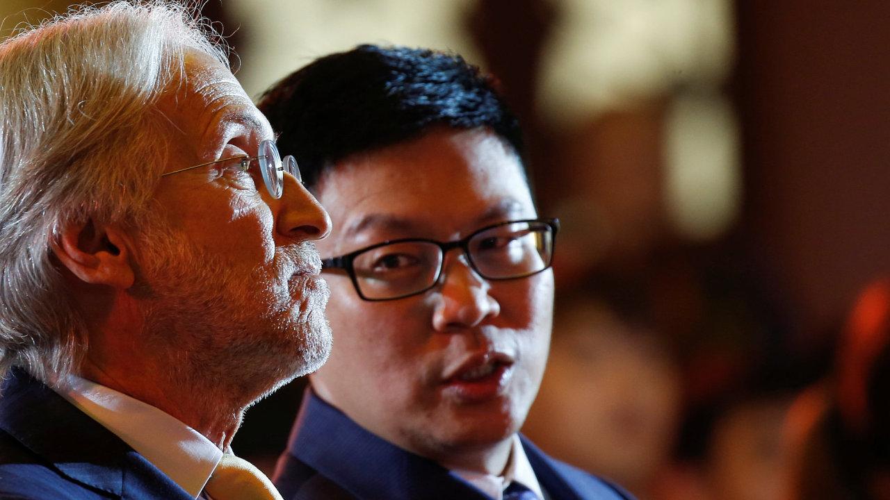 Na snímku z tiskové konference ke Grammy Festivalu China jsou šéf americké Národní akademie hudebního umění a věd Neil Portnow a Steven Fock z firmy Bravo Entertainment.