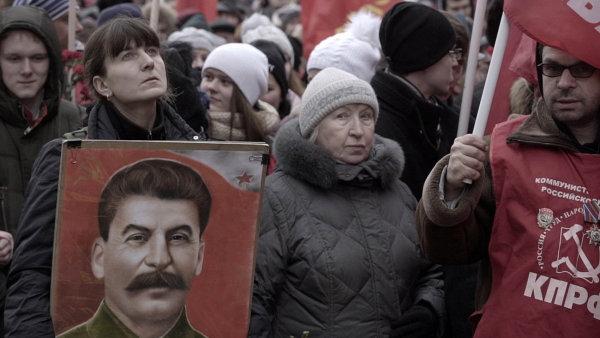 Snímek Zeď sleduje Stalinovy příznivce, kteří se každoročně vprosinci scházejí naRudém náměstí vMoskvě. Jindy by z podobných záběrů čišela pokora, tady znich jde hrůza.