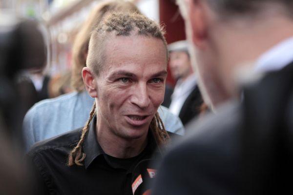 Předseda Pirátů Ivan Bartoš přichází do volebního štábu své strany.