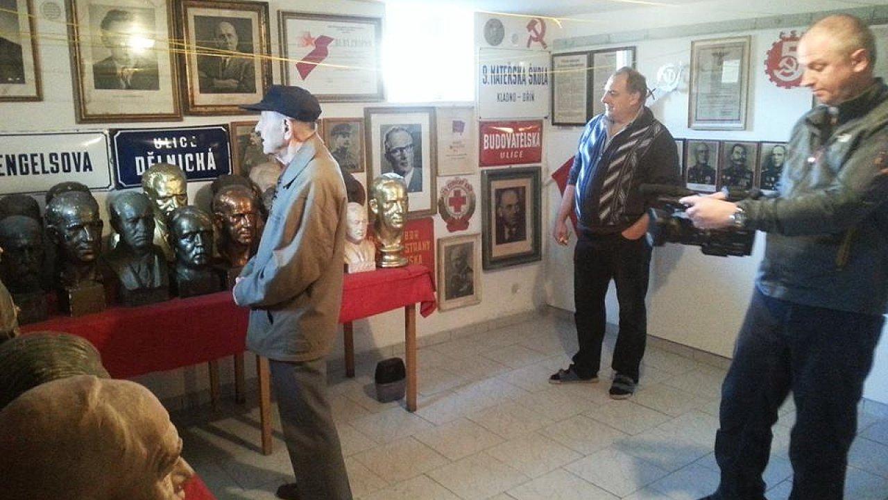 Na snímku z natáčení dokumentu Milda je Milouš Jakeš v Muzeu komunistických relikvií v Novém Strašecí.