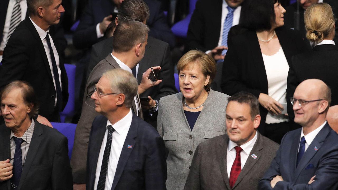 Poprvé vnovém Bundestagu. Kancléřka Angela Merkelová vobležení poslanců při úterním prvním zasedání Spolkového sněmu povolbách.