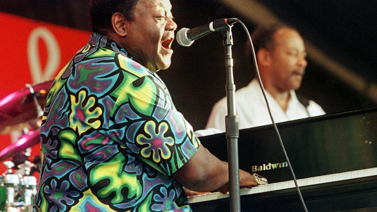 Fats Domino je na snímku z koncertu v roce 1999.