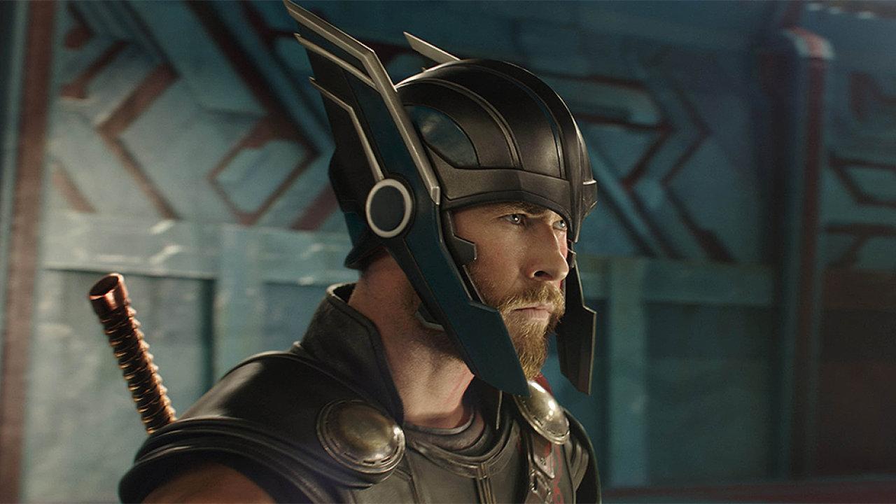 Hlavní roli plavovlasého superhrdiny si ve filmu Thor: Ragnarok, jejž promítají také česká kina, zopakoval herec Chris Hemsworth.