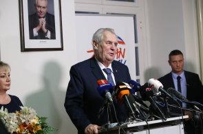 Uchazeči o Hrad už zbrojí: Drahoš odstavil problematického manažera, Zeman chce ukázat sílu v debatě