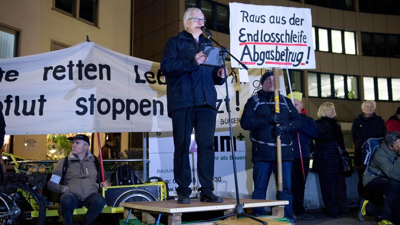 """Nechceme dýchat jedovatý vzduch, volal najedné zprotestních akcí veStuttgartu Jürgen Resch. Města se podle něj musí vymanit z""""nekonečné smyčky"""", která je svírá."""