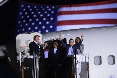 Trump přivítal tři Američany, které věznil severokorejský režim. Kim Čong-unovi za jejich propuštění poděkoval