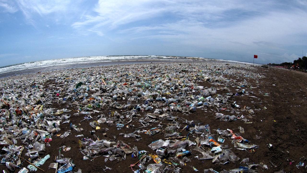 Plasty znečišťují moře a pláže