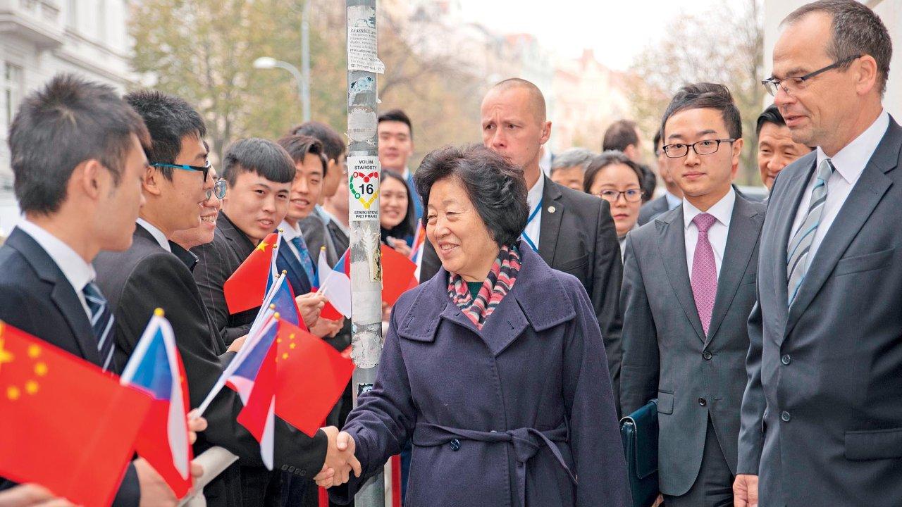 Čínská vicepremierka Sun Čchun-lan vlistopadu přijela posvětit vznik prvního Konfuciova institutu vPraze. Úplně vpravo vbrýlích prorektor VŠFS Roman Mentlík.