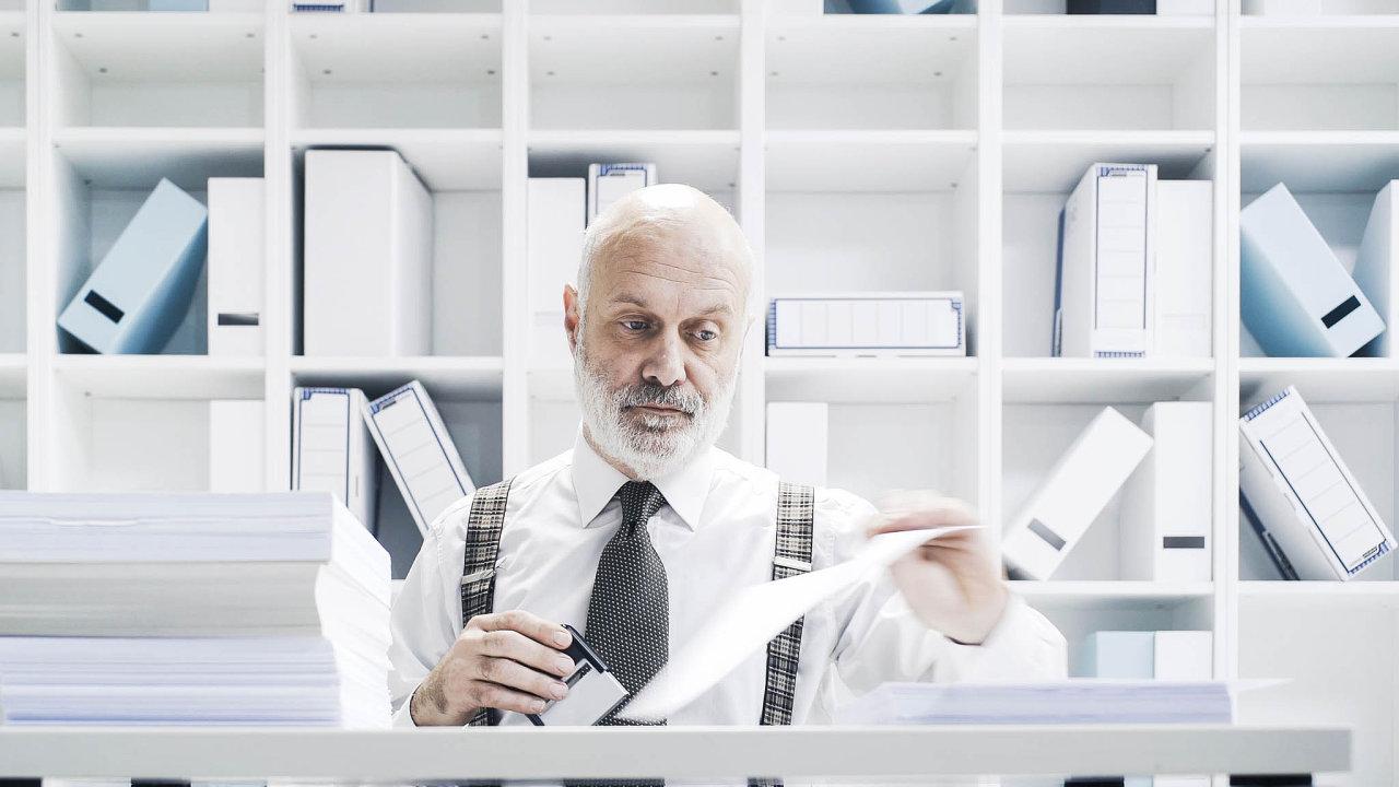 """Trvalý pobyt stojí jen 50 korun, ale musí se vyplnit """"Přihlašovací lístek k trvalému pobytu"""" a doložit výpis z katastru, který má úředník na dvě kliknutí před očima v počítači."""