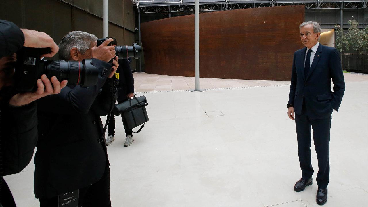 Velitním klubu. Bernard Arnault těží zrůstu akcií svého luxusního impéria LVMH. Včervnu se jeho jmění přehouplo přes 100 miliard dolarů. Tuto hranici překonali jen Jeff Bezos aBill Gates.
