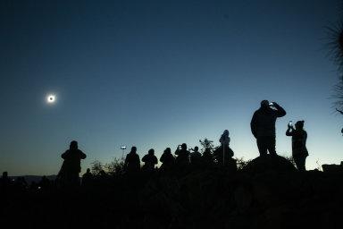 Lidé v Chile pozorují úplné zatmění Slunce.