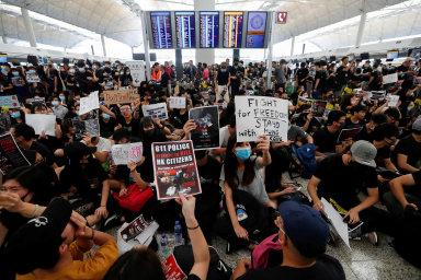 Tepna byznysu ucpána: Protestující obsadili vpondělí hongkongské mezinárodní letiště, třetí největší vAsii. Vúterý bylo opět uzavřeno. Je to citelná rána pro cestovní ruch aveškerý byznys.