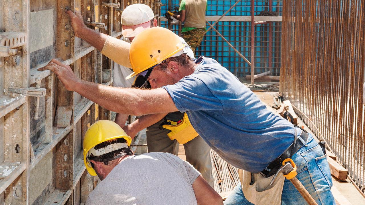 Hledáme zaměstnance. Snad největší poptávka je po dělnících na stavbách.