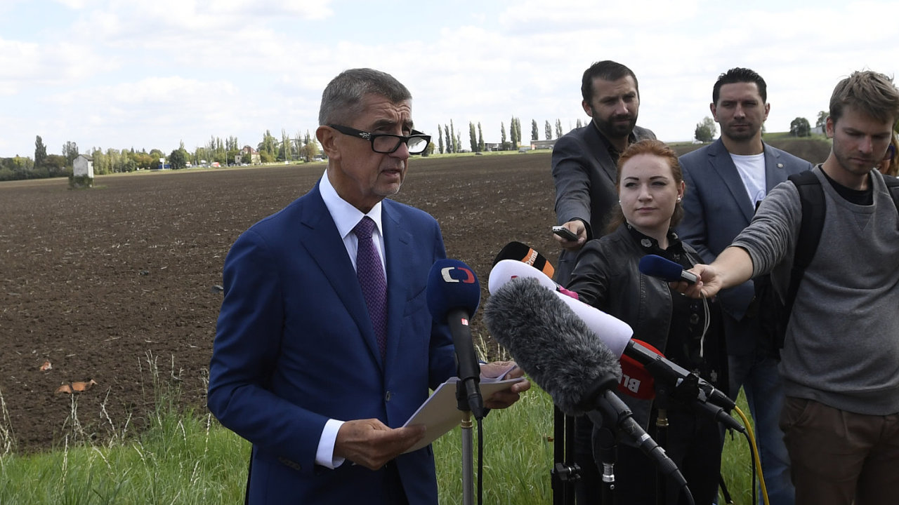 Generální ředitelka Úřadu pro zastupování státu ve věcech majetkových Kateřina Arajmu (vlevo) a premiér Andrej Babiš navštívili 17. září 2019 v Praze lokalitu v Letňanech