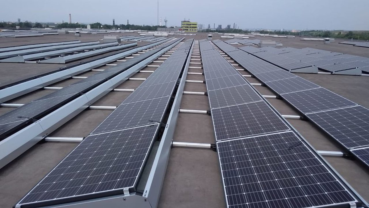 Hybridní fotovoltaický systém Adleru zahrnuje software, který chytře řídí nabíjení a vybíjení