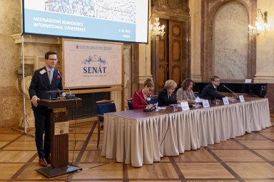 Rovné šance. Vládní zmocněnkyně pro lidská práva Helena Válková (dáma uprostřed) upozorňovala na konferenci v sále Senátu Parlamentu ČR na rovnost šancí stejně využívat to, co nám společnost nabízí.