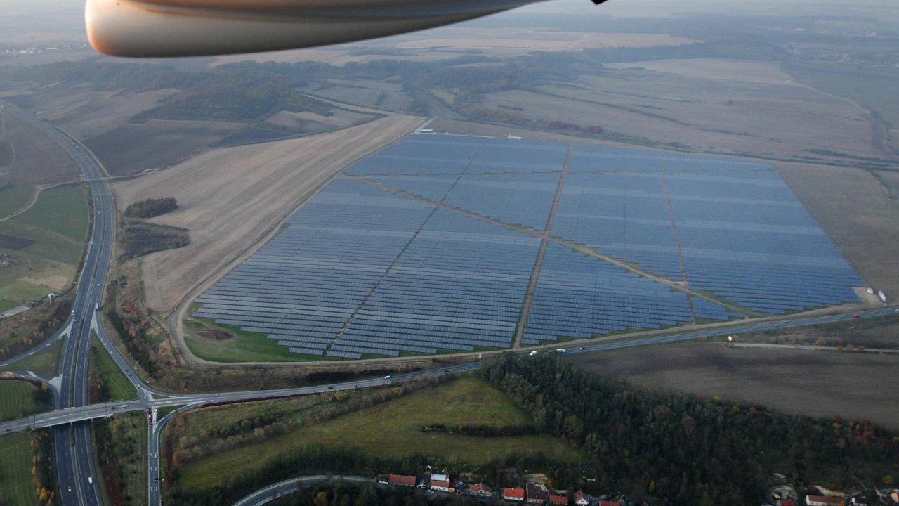 Výstavba slunečních elektráren razantně zlevnila (na ilustračním snímku solární elektrárna ve Vepřeku u Mělníka).