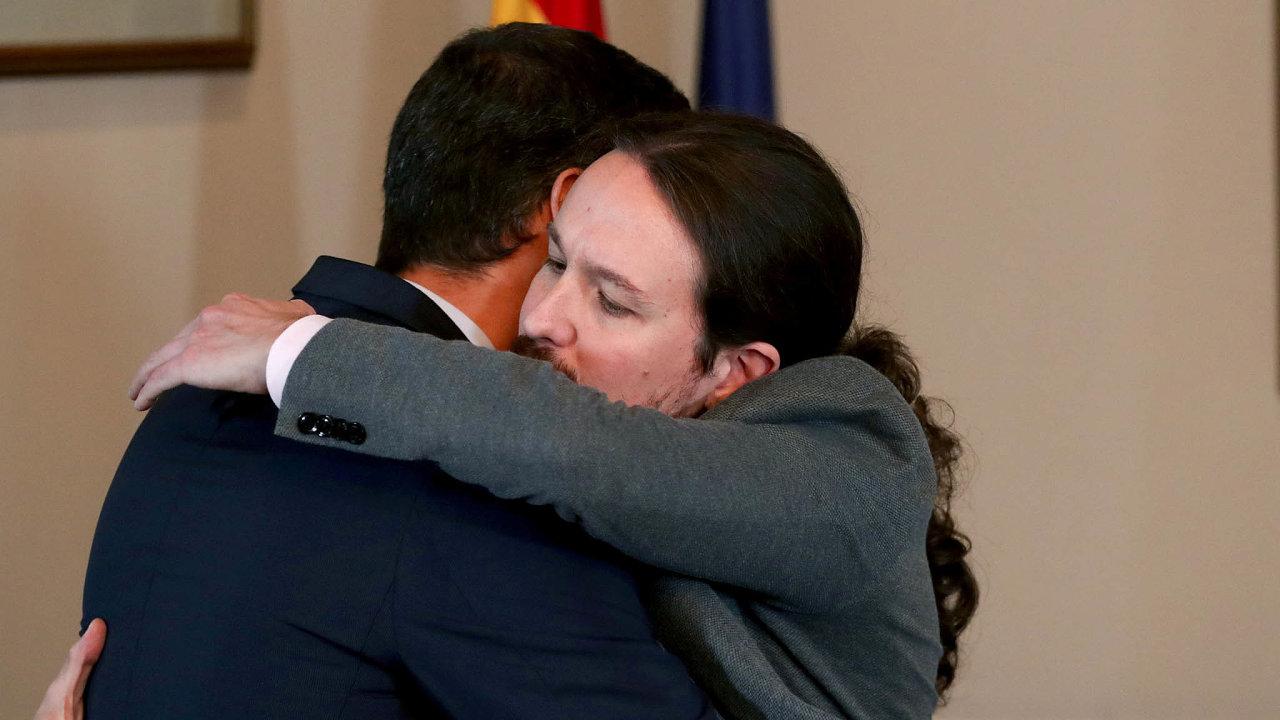 Koaliční vláda. Ještě nedávno se Sánchez (vlevo) sIglesiasem nedokázali domluvit. Poté, co oznámili své spojení v koalici, se objímají.