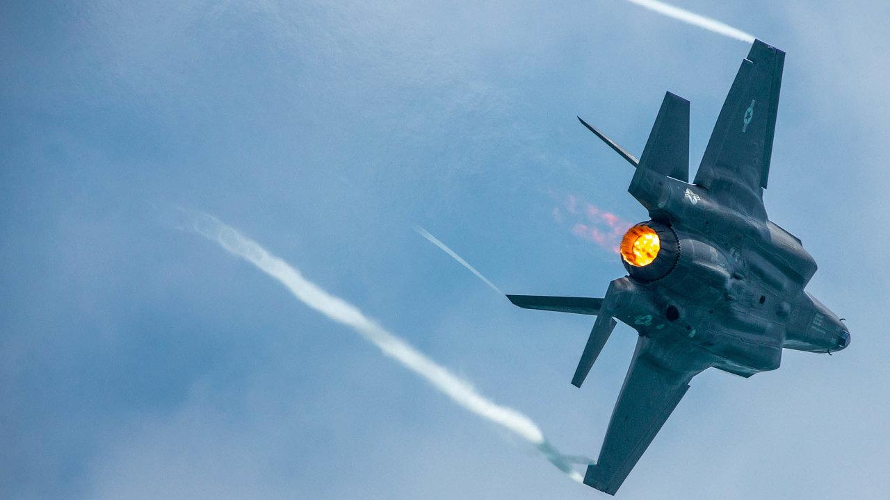 Americký bitevník F-35A je vybaven technologií, která ho činí obtížně zjistitelným pro radary. Jeho elektronika umožňuje propojení spozemními zbraněmi anavádění jejich střelby nacíl.