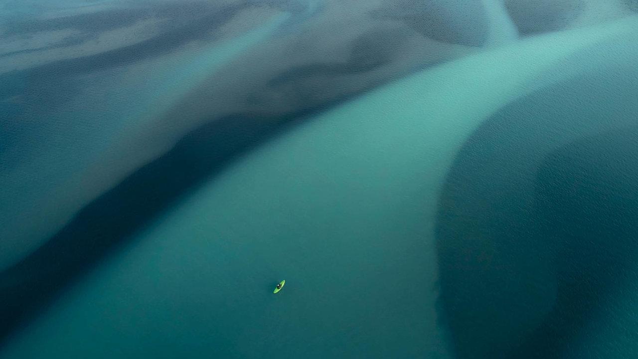 Nafotce Jana Kasla sjíždí Vavřinec Hradilek ledovcovou řeku naIslandu.