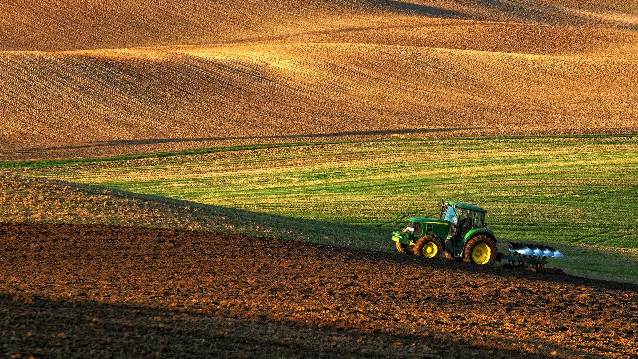 Hmyzu, polního ptactva, zajíců idrobných savců ubývá. Zhoršuje se kvalita půdy apovrchové ipodzemní vody jsou znečištěné hnojivy apesticidy. Je to hlavně důsledkem intenzivního zemědělství.