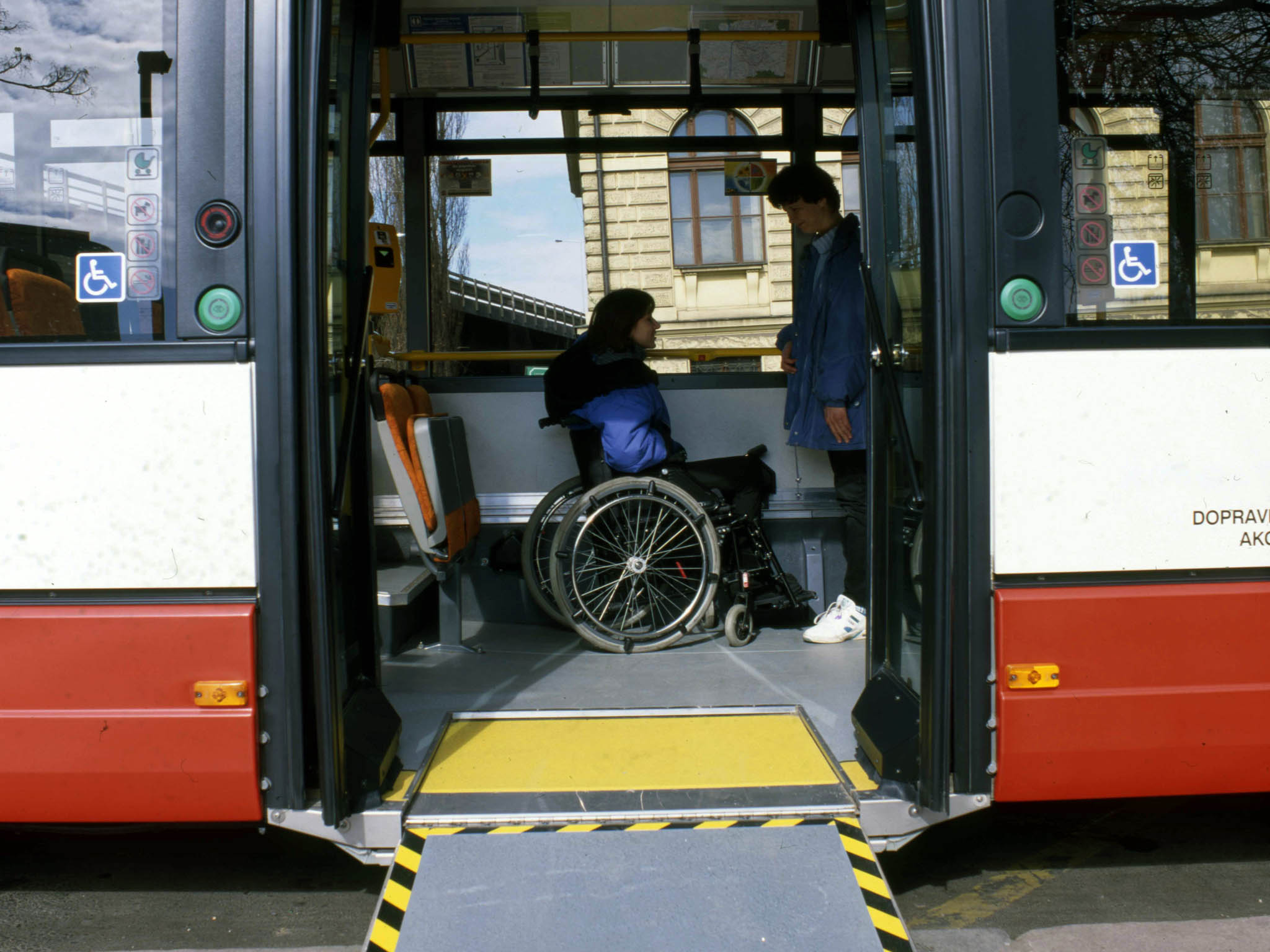 Z1170 autobusů pražské MHD je 934 přizpůsobených pro vozíčkáře arodiče skočárky. Nafotce jeden zprvních nízkopodlažních autobusů Citybus odspolečnosti Karosa.