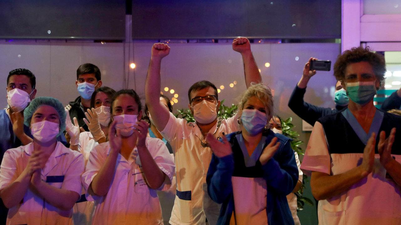 Zdravotníci jsou vprvní linii. VeŠpanělsku se jich nakazilo už přes 5400.