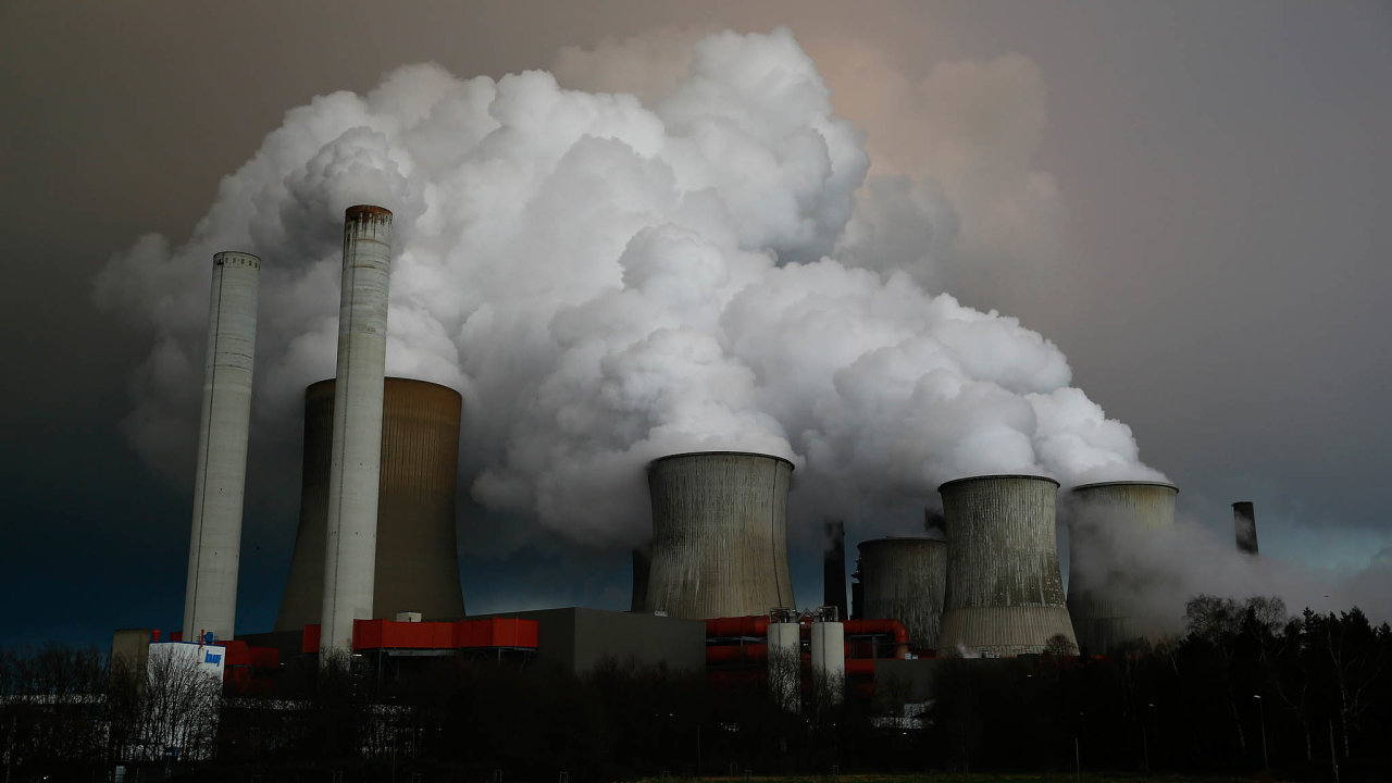 Letecká doprava se naglobálních emisích oxidu uhličitého podílí zhruba dvěma procenty. Téměř polovinu vnich zaujímají energetika aprůmysl – až se znovu rozjedou, emise se ale vrátí.