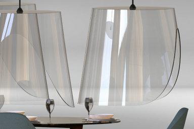 Designér Christophe Gernigon přišel snápadem, jak zajistit, aby se zákazníci vrestauracích nemuseli bát koronaviru. Vymyslel ochranný plastový poklop, jenž připomíná obří stínítko nalampu.