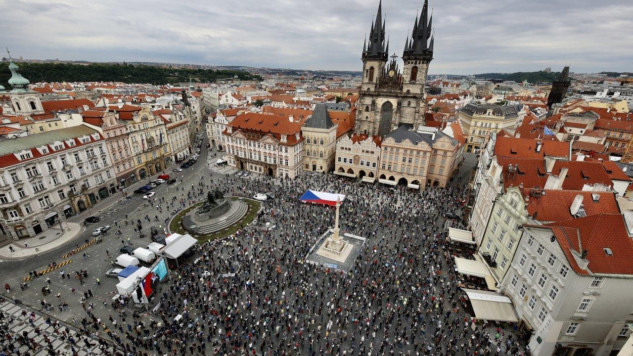 Na Staroměstském náměstí v Praze se podle odhadů sešlo asi 1500 lidí.