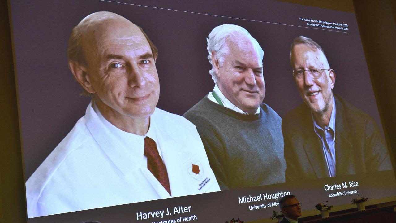 Nobelovu cenu za lékařství získala trojice vědců. Zleva Harvey J. Alter, Michael Houghton a Charles M. Rice.