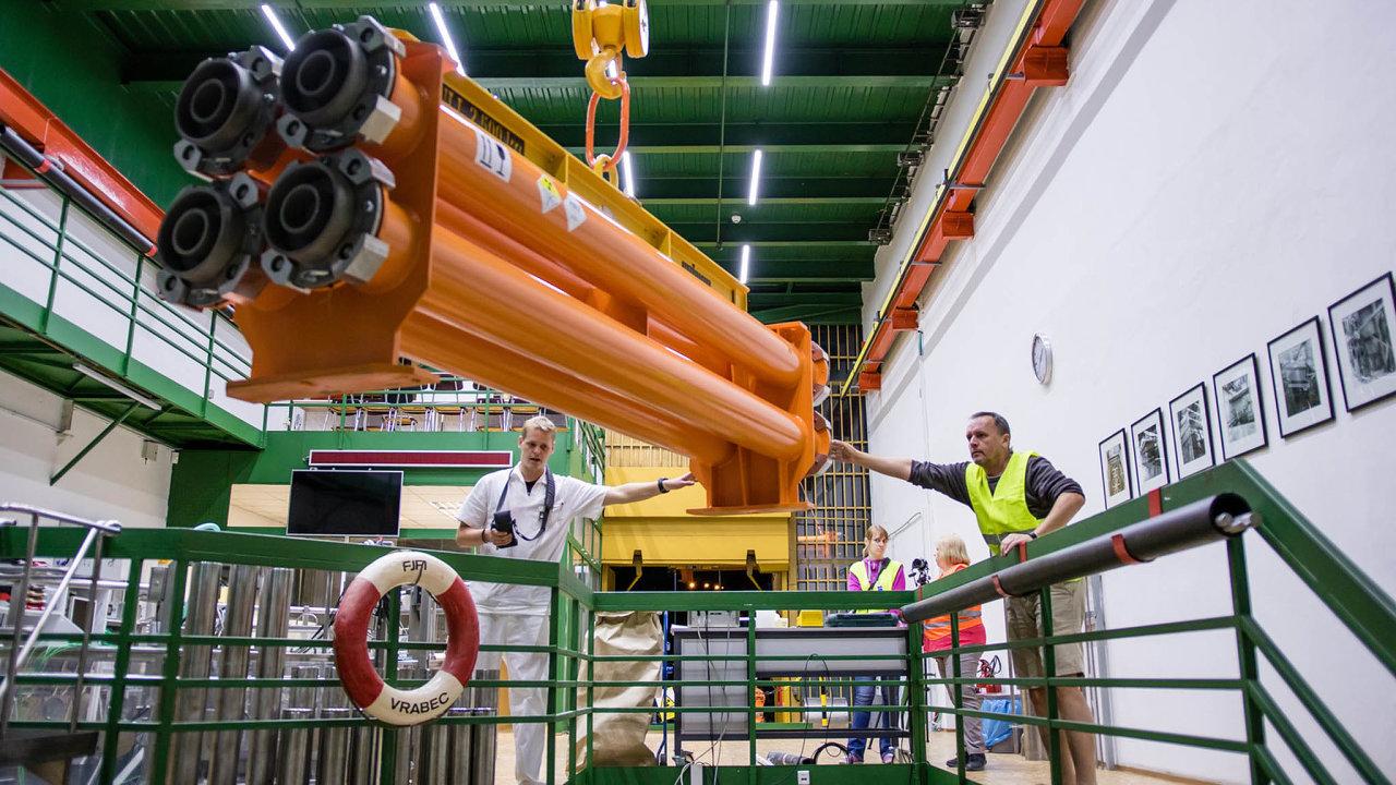 V těchto transportních kontejnerech bylo přivezeno palivo z Finska pro nový reaktor VR-2 na ČVUT.