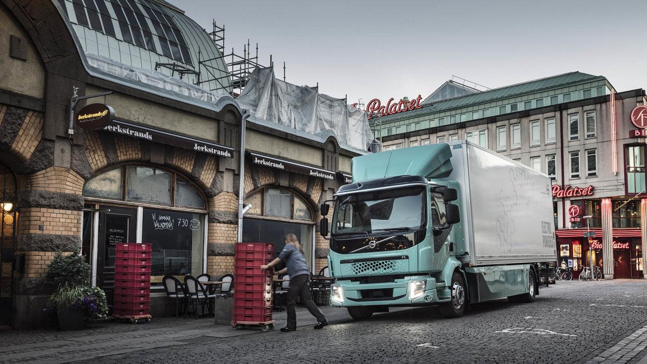 Švédské Volvo se svým e-náklaďákem s dojezdem 300 km míří hlavně nazákazníky, kteří jej mohou využít namenší vzdálenosti– tedy napřepravce zboží poměstech či technické služby.
