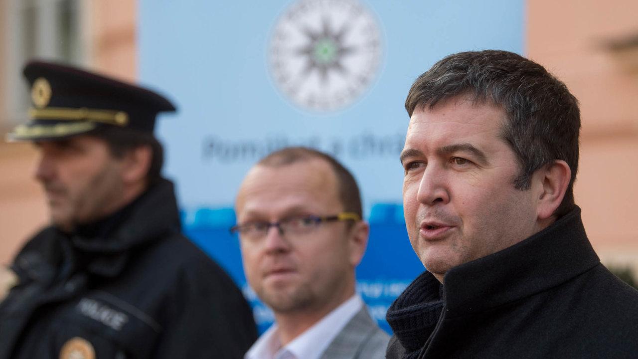 Kritik vestínu: Předseda ČSSD Jan Hamáček (vpravo) čelí výzvám kodchodu strany doopozice. Nejvlivnějším kritikem setrvání ČSSD vevládě je hejtman Martin Netolický (uprostřed).