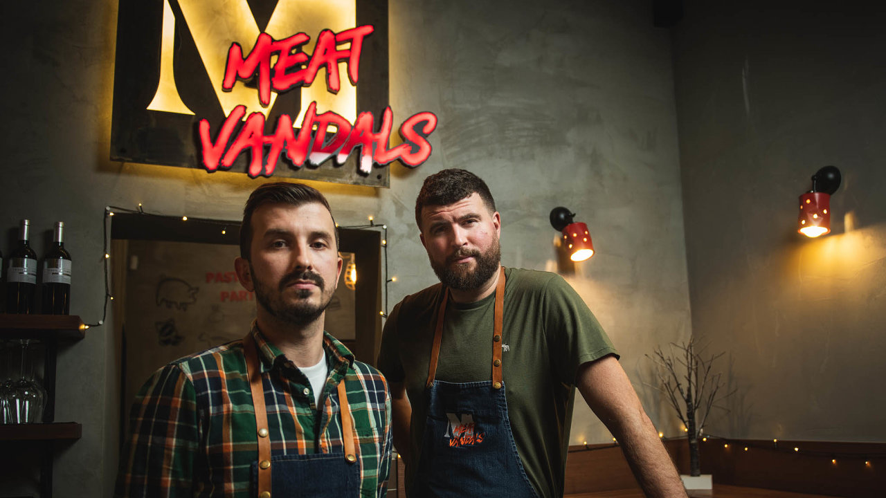 Nepoložíme to. Vlastimil Pavlica (vlevo) aMartin Zvěřina poloňské úspěšné sezoně prvního bistra Meat Vandals letos spustili další. Sice jen na pár týdnů, ale vbřeznu 2021 je plánují otevřít znovu.