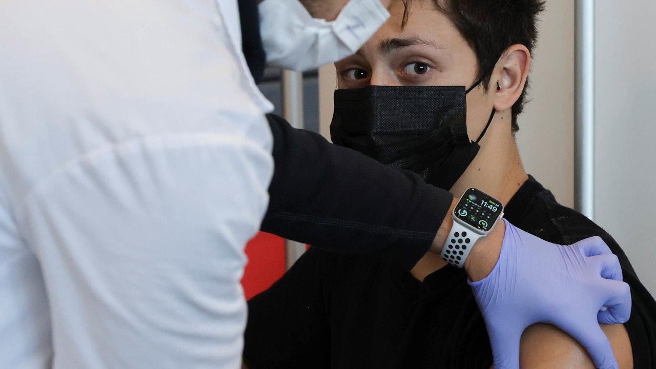 V Izraeli očkují i mladistvé ve věku 16 až 18 let proto, aby se mohli vrátit ke školní docházce a podstoupit pravidelné zkoušky.