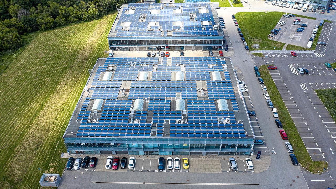 Solární panely nastřechách budov vCTParku Ponávka vcentru Brna.