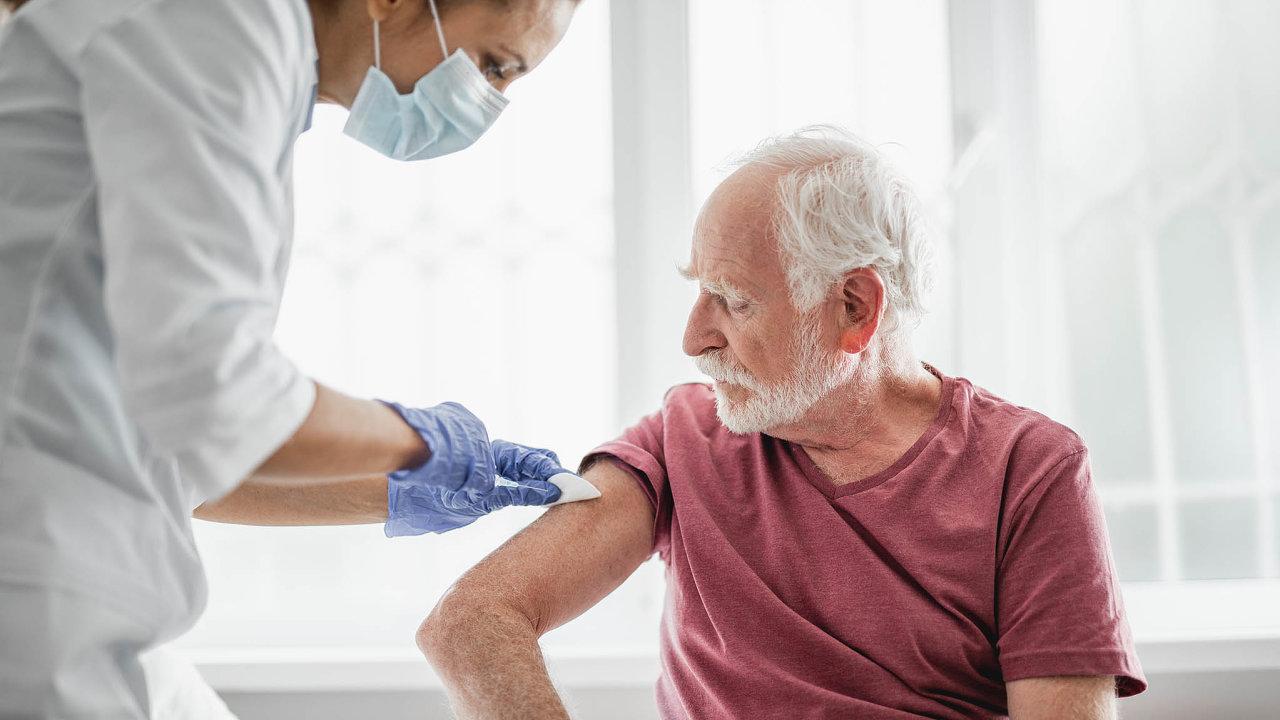 Chceme očkovat. Praktičtí lékaři naléhají na vládu, aby jim umožnila už tento týden očkovat ve svých ordinacích seniory proti koronaviru.