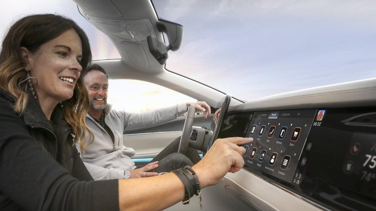 Výsledkem společného podniku výrobce aut a technologického giganta má být nový, inovativní kokpit.