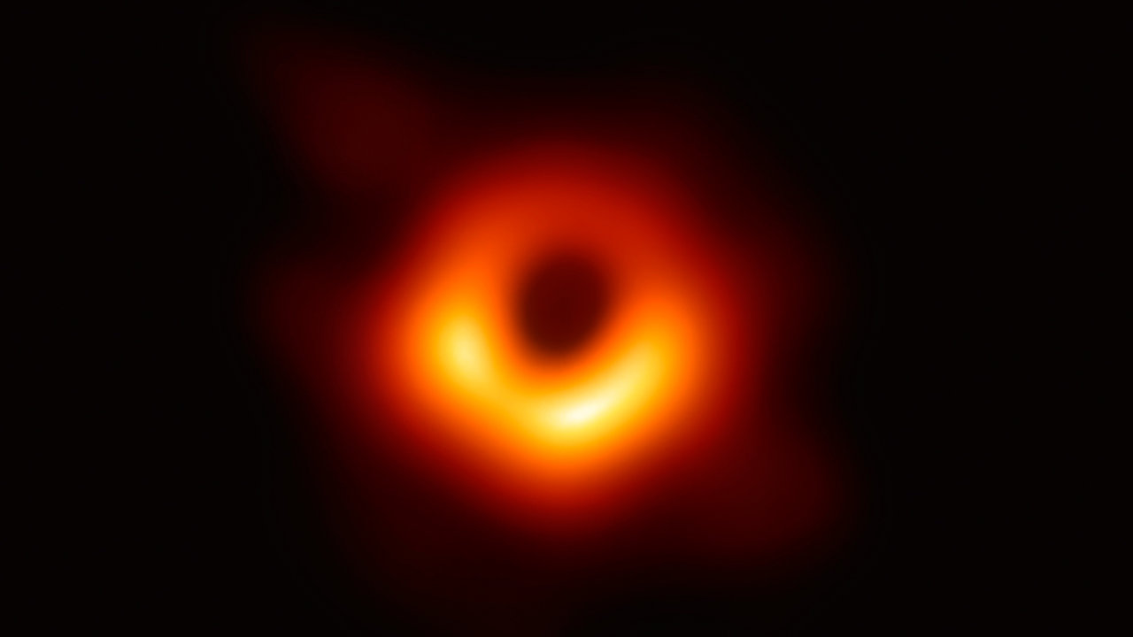 Už ji umíme nejen teoreticky propočítat, ale ividět. Vroce 2019 svět poprvé spatřil, jak černá díra vypadá. Zaměřit se ji podařilo týmu 200 vědců zprojektu Event Horizon Telescope.