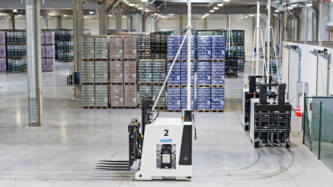 Robotizované vysokozdvižné vozíky vcentrálním skladu Radegastu vNošovicích zvládnou prakticky všechny operace veskladu kromě nakládky avykládky kamionů.