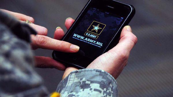 Chytrý telefon v rukou vojáka