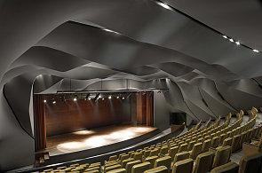 Divadlo v Emirátech má na stropě duny, unikátní sál připomíná poušť při soumraku