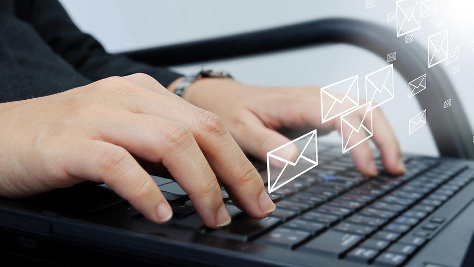 Psaní e-mailů, ilustrační foto