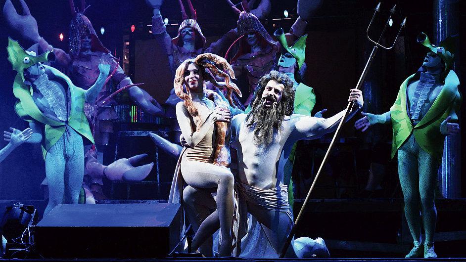 Poseidona zpívá ve Válce s mloky někdejší hvězda masové pop music Petr Kotvald