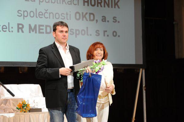 Ocenění za časopis Horník přebírá ředitel komunikační agentury R Media David Švábenický.
