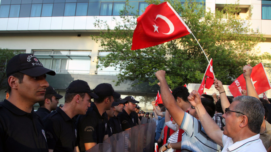 Turci protestující proti mírovému postupu vůči kurdským rebelům