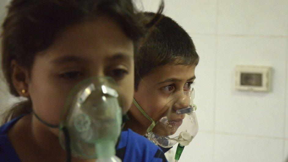 Syrské děti zasažené při útoku chemickými zbraněmi